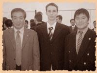 Сэнсэй Хироказу Канадзава (SKIF), сэнсэй Манабу Мураками (SKIF) и Александр Чичварин (KWF) на Церемонии Открытия штаб-квартиры KWF в Токио