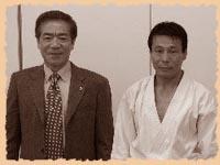Сэнсэй Хироказу Канадзава (SKIF) и сэнсэй Микио Яхара (KWF) на Церемонии Открытия штаб-квартиры KWF в Токио