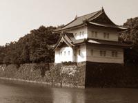 Дворец окружает старинный парк с высокими крепостными стенами и наполненными водой рвами, отгораживающими дом императора