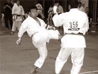Коки Ходзуми наносит удар маэ гэри!